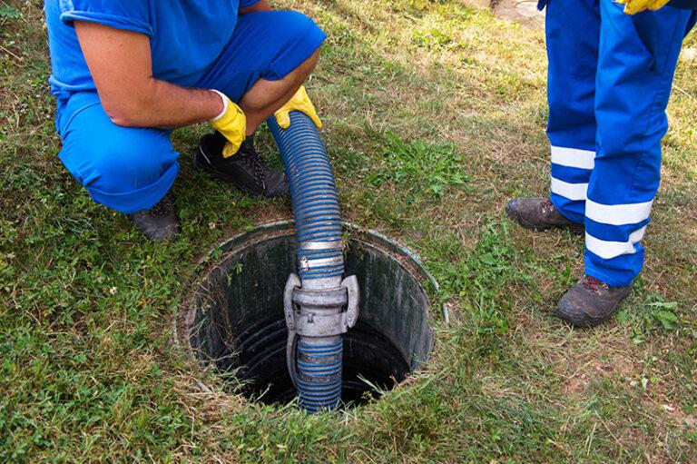 opróżnianie szamba przez specjalistów HydroService